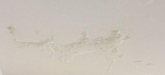 تسريب المياه من جدار المنزل