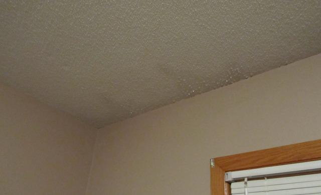تسريب المياه من سقف المنزل